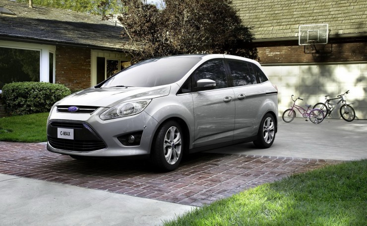 Ford C-Max возле дома