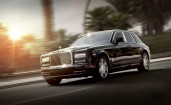 Люксовый Rolls-Royce Phantom на дороге
