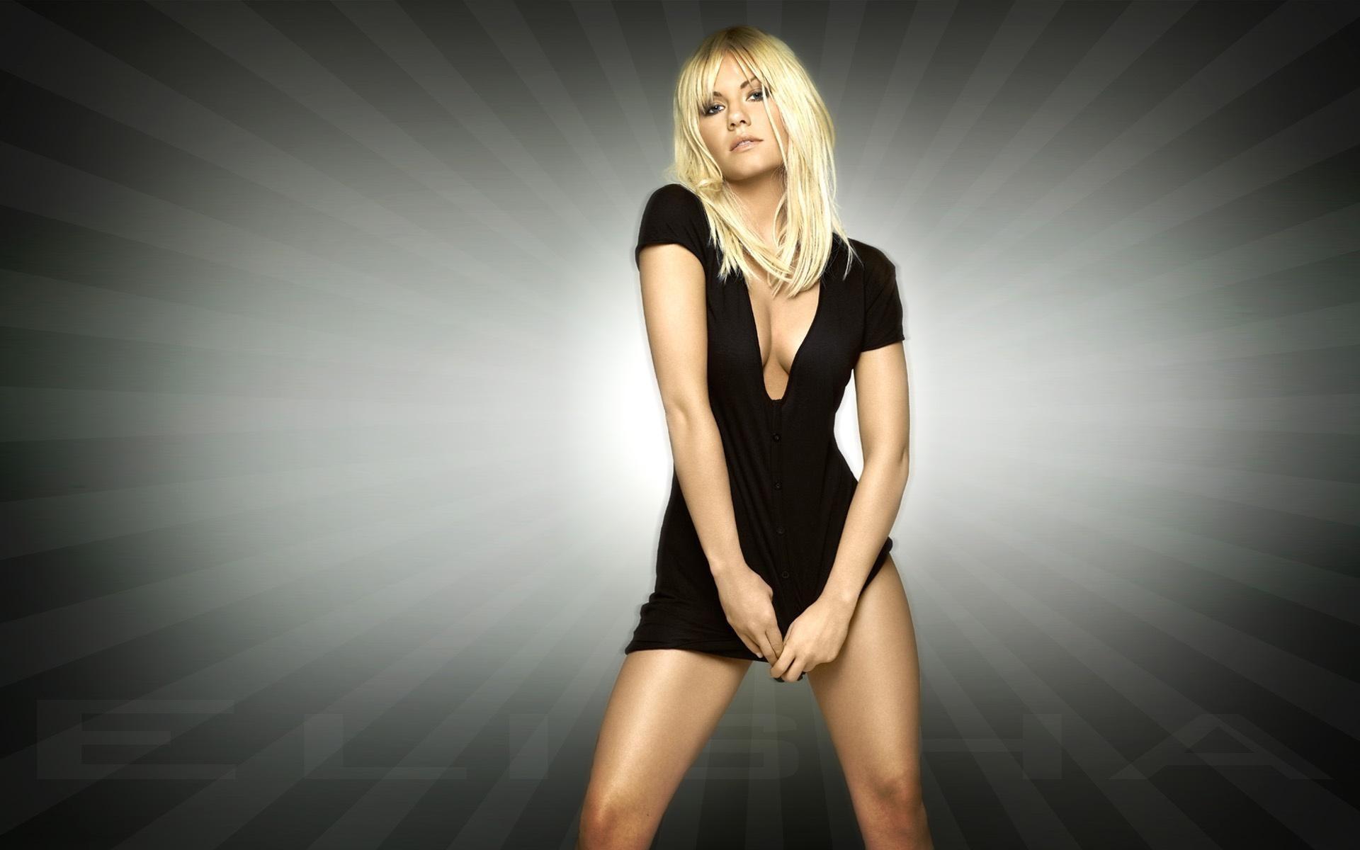 Фото девушки в чёрном платье блондинка